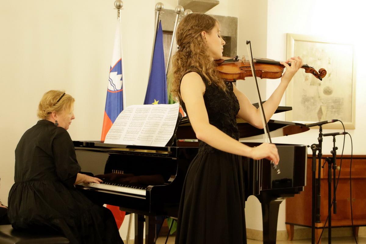 Urška Gutnik, violina, Tanja Šterman, klavir, foto: Goran Antlej