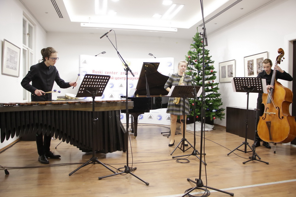 Vida Kregar, saksofon, Gašper Šemrov, tolkala, Urban Čefarin, kontrabas, Foto: Goran Antlej