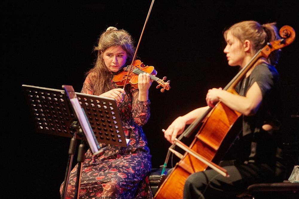 Mojca Jerman, violina, Katarina Leskovar, violončelo,  Foto: Janez Kotar
